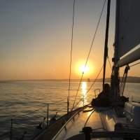 Passeio de velero à noite